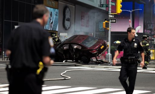 New York, auto su folla a Times Square