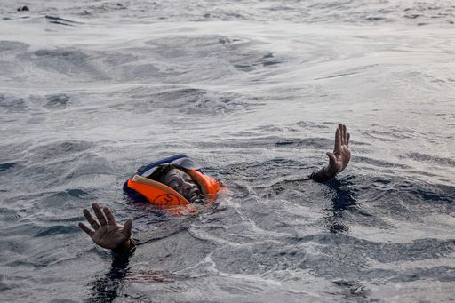 Libia: gommone affonda in mare, morti 50 migranti, decine di dispersi