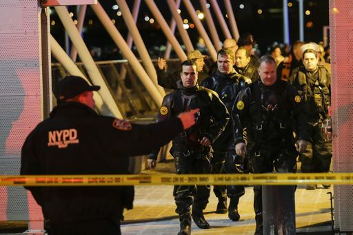 Elicottero precipita nell'East River a New York 5 morti