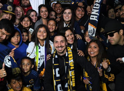 Ibrahimovic è già re di Los Angeles: folla in delirio all'aeroporto