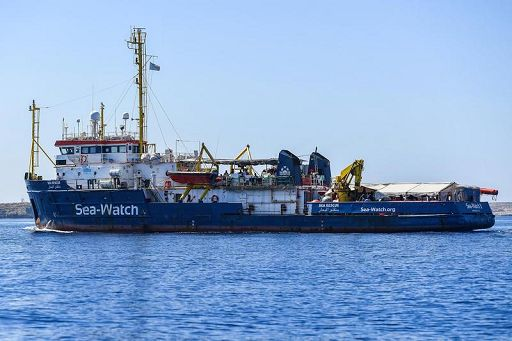 La Guardia Costiera a bordo di Sea Watch 4 per ispezioni. Protesta delle Ong